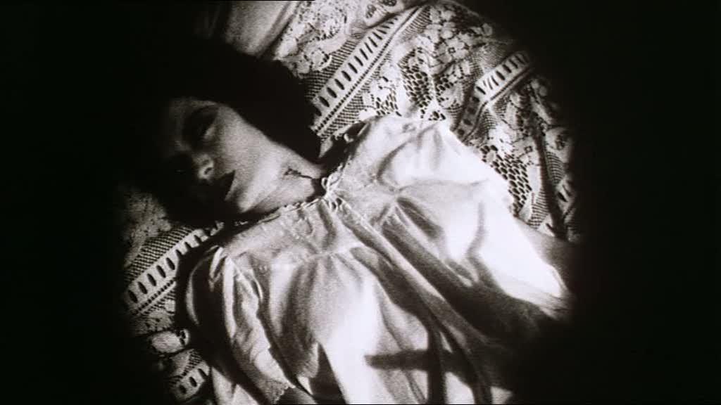 - L'ombra della mano di Orlok (Dafoe) sul corpo di Greta (Catherine McCormack) -