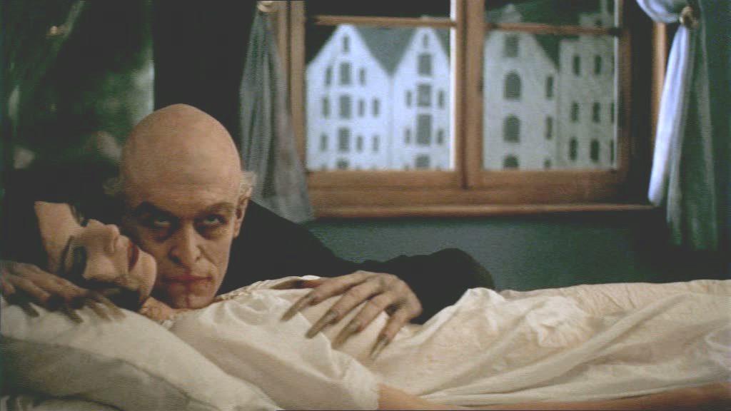 """- Ne """"L'Ombra del Vampiro"""" si può notare il medesimo riflesso della testa del COnte nello specchio alle sue spalle -"""